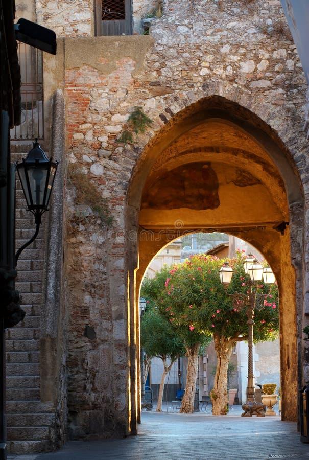 Stadt-Gatter am Sonnenaufgang, Taormina, Sizilien stockbild