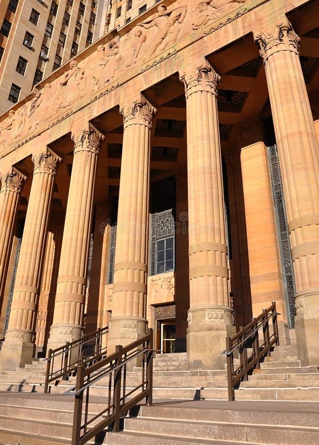 Stadt-Gesetz-Gerechtigkeit-Gerichts-Gebäude mit Spalten lizenzfreie stockfotos