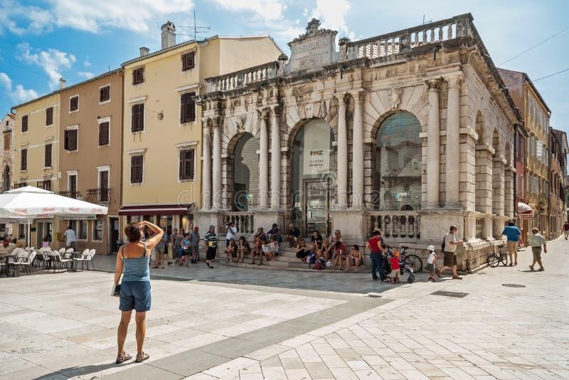 Stadt-Häuschen auf dem Quadrat der Leute in Zadar, Kroatien lizenzfreie stockbilder