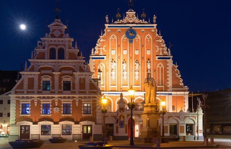 Stadt Hall Square mit Haus der Mitesser in der alten Stadt von Riga nachts lizenzfreies stockbild