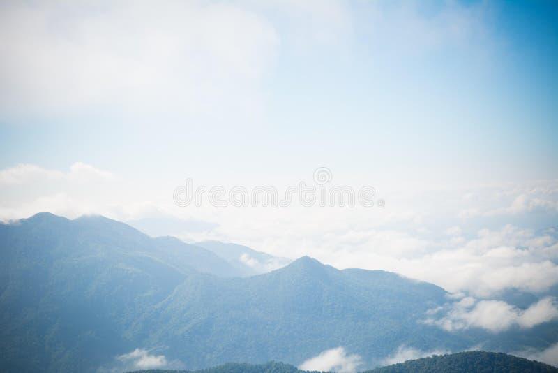Stadt im Berg stockbild