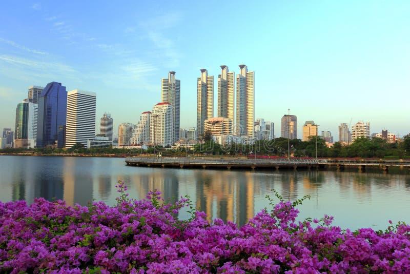 Stadt im Garten in Thailand lizenzfreie stockbilder