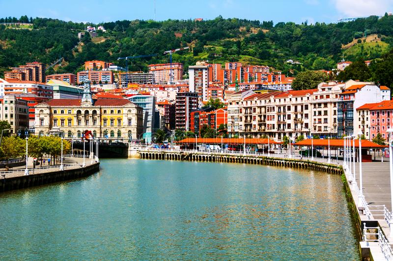 Stadt im Stadtzentrum gelegen mit einem Fluss- und Promenadenbereich Nevion in Bilbao, Spanien lizenzfreie stockbilder
