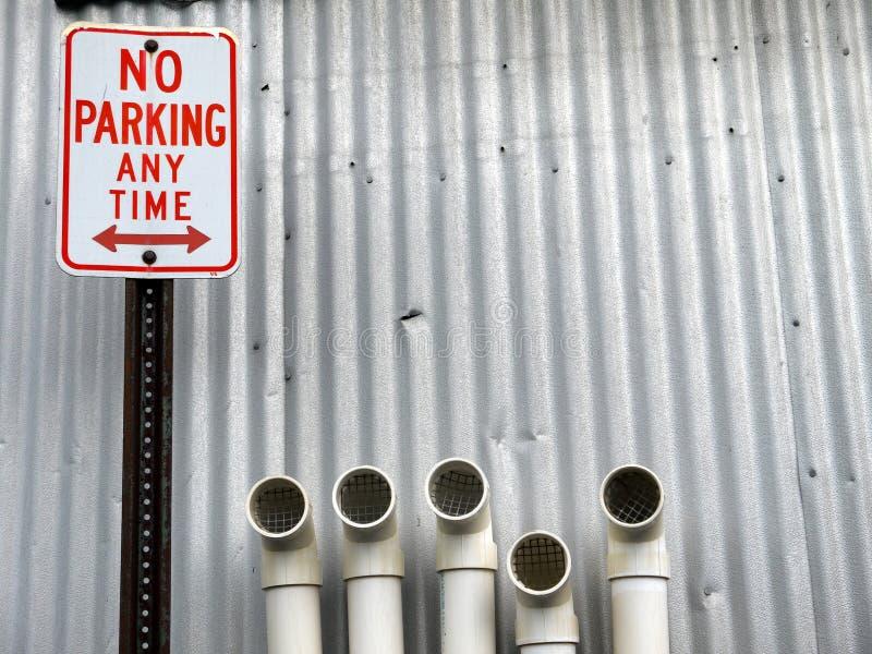 Stadt: Kein Parkenzeichen mit Rohren stockbild