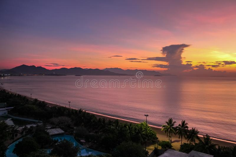 Stadt-Meerblick mit Vogelperspektive von Strand, von Bergen und von Bucht Nha Trang am Brechen von Dämmerung lizenzfreie stockbilder