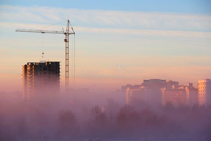 Stadt-morgens Nebel stockfotografie
