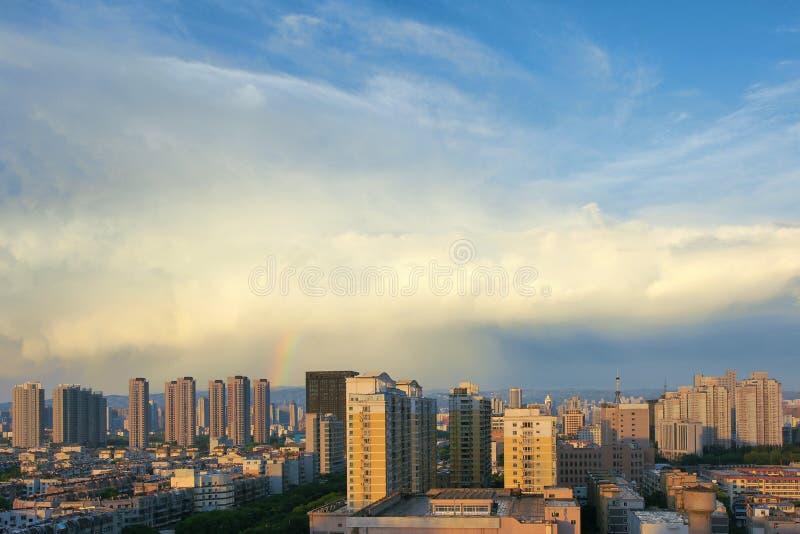 Stadt nach Regen lizenzfreies stockbild