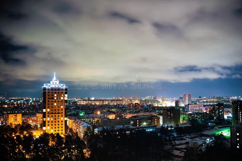 Stadt nachts, panoramische Szene stockbild