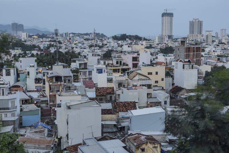 Stadt Nha Trang am dunkelgrauen Abend stockfotos