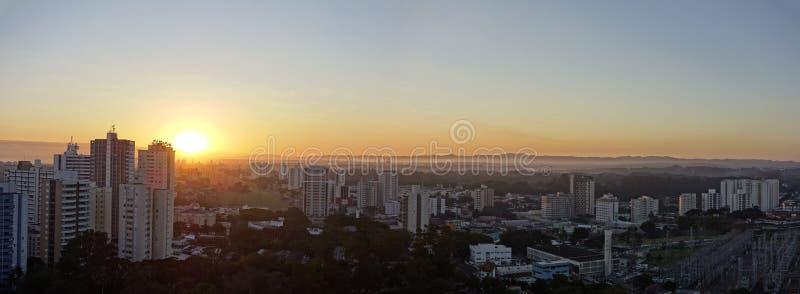 Stadt Sao Jose Dos Campos, SP/Brasilien, am Sonnenaufgangpanoramafoto stockfotografie