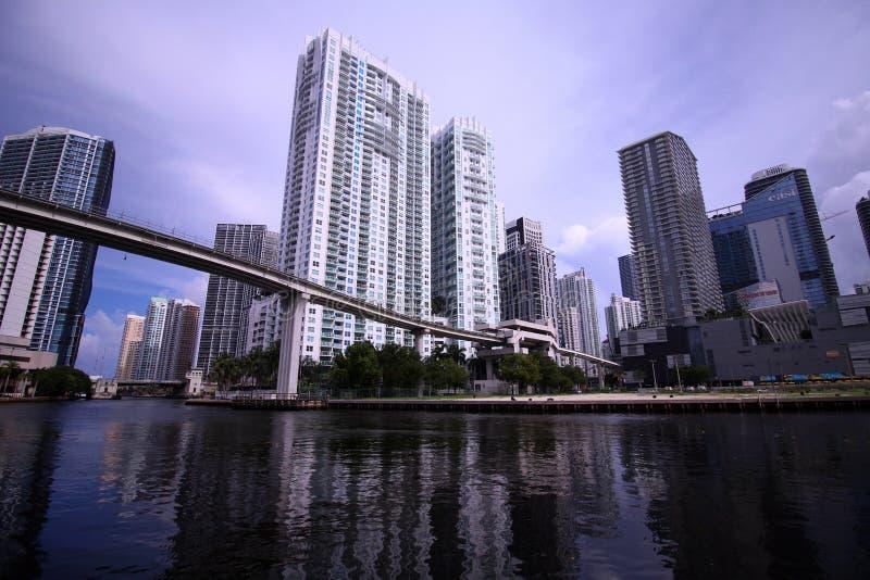 Stadt Scape-Skyline von Brickell Miami Florida von der Fluss-Seite stockfotos