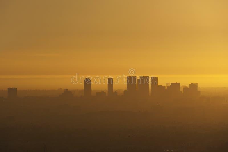Stadt-Schattenbild im Smog stockbild