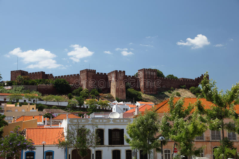 Stadt Silves mit seinem Schloss lizenzfreie stockfotos