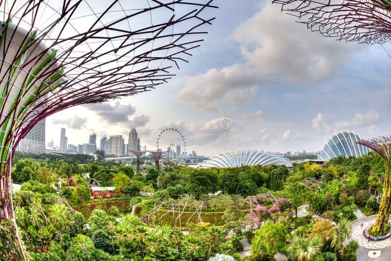 Stadt-Skyline-Ansicht von den Gärten durch die Bucht lizenzfreie stockbilder