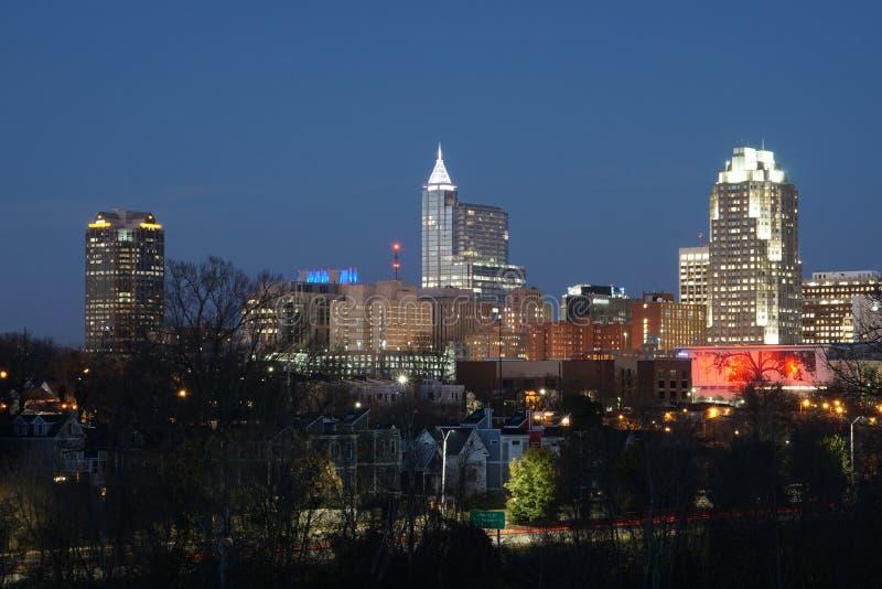 Stadt-Skyline an der Dämmerung - Raleigh, North Carolina lizenzfreie stockfotografie