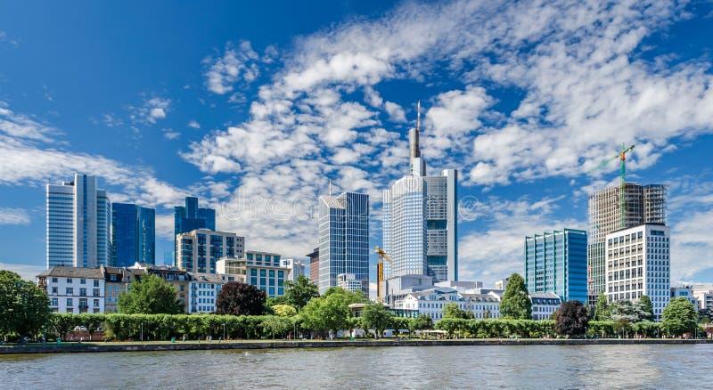 Stadt-Skyline und Hauptfluß in Frankfurt Deutschland stockbild