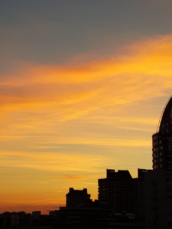 Stadt-Sonnenaufgang-Himmel-Wolken stockfotos