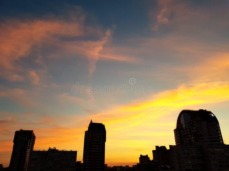 Stadt-Sonnenaufgang-Himmel-Wolken stockfoto