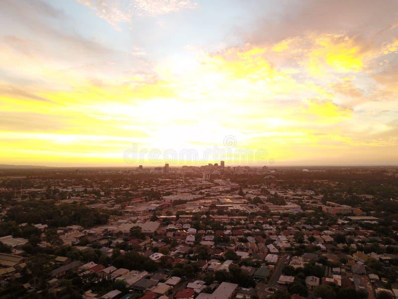 Stadt-Sonnenuntergang von der Luft lizenzfreie stockfotografie