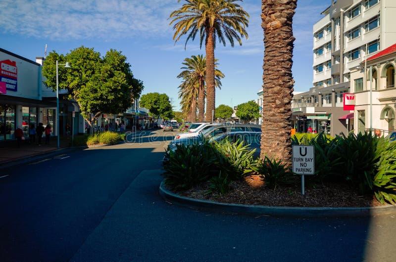 Stadt-Straße Hafen Macquarie Australien mit Shop-Café-Wohnungen lizenzfreie stockfotos