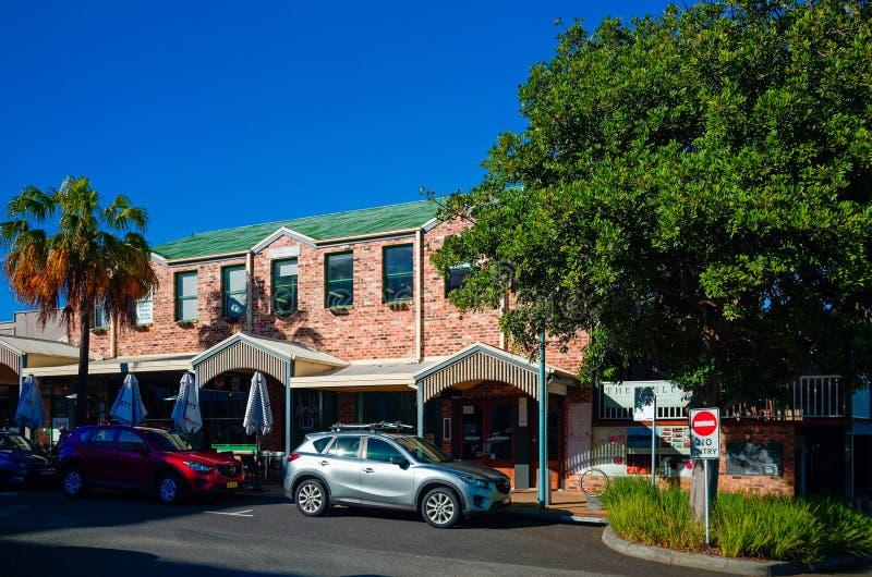 Stadt-Straße Hafen Macquarie Australien mit Shops und Cafés lizenzfreie stockbilder