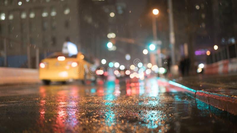 Stadt-Straße nachts mit StraßenlaterneHintergrundkopienraum lizenzfreies stockfoto