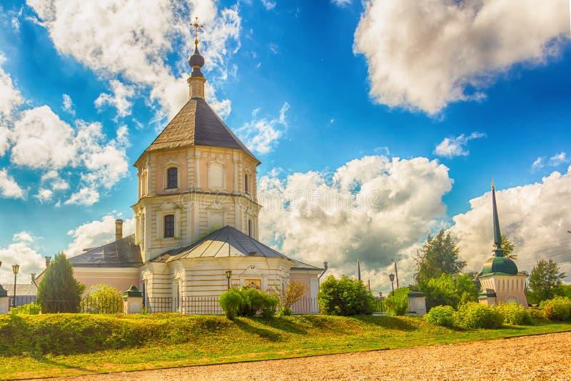 Stadt Tver Russische Föderation Juni 2016 Wahrzeichen der Stadt ist die christlich-weiße Kathedrale gegen das blaue Himmelsfoto stockfoto