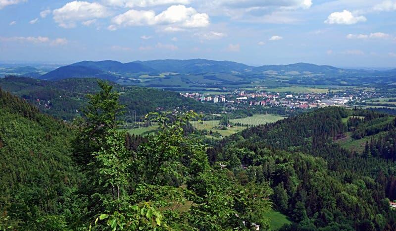 Stadt und Berge Frenstat-Hülse Radhostem herum von Hügel Velky Javornik lizenzfreie stockbilder