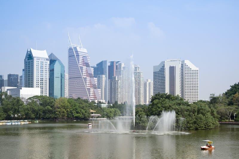 Stadt und Park stockfotos