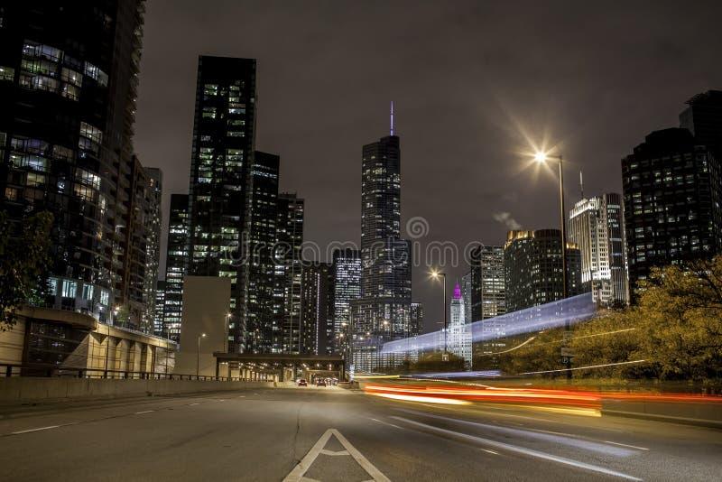 Stadt-Verkehr nachts lizenzfreie stockfotos
