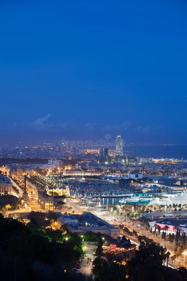 Stadt von Barcelona nachts lizenzfreies stockfoto