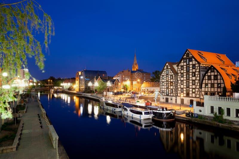 Stadt von Bydgoszcz bis zum Nacht in Polen lizenzfreie stockbilder