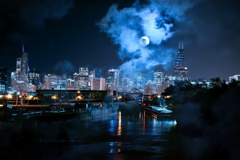 Stadt von Chicago-Skylinen mit dem Fluss und ein Vollmond nachts lizenzfreie stockfotos