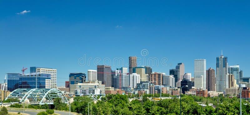 Stadt von Denver im Sommer mit tiefem blauem Himmel lizenzfreies stockfoto