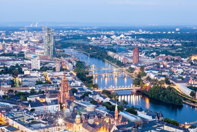 Stadt von Frankfurt-Hauptleitung nachts lizenzfreie stockfotos