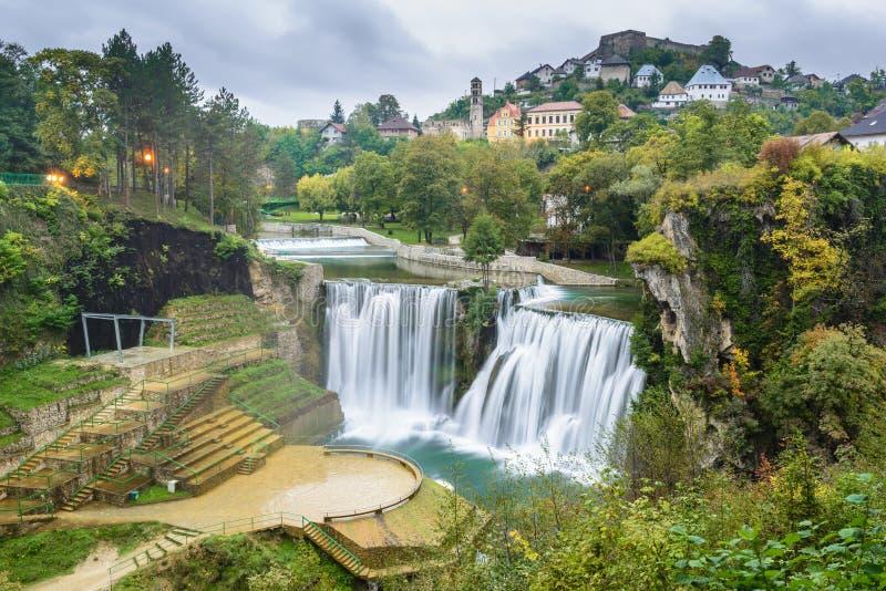 Stadt von Jajce und von Pliva-Wasserfall, Bosnien und Herzegowina lizenzfreie stockbilder