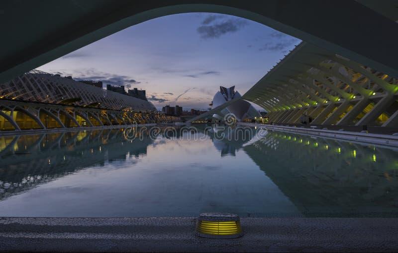 Stadt von Künsten und von Wissenschaft mit Reflexionen nachts lizenzfreies stockbild