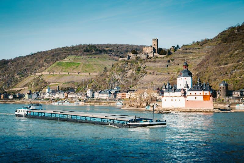 Stadt von Kaub mit Schiff auf dem Rhein, Rheinland-Pfalz, Deutschland lizenzfreies stockbild