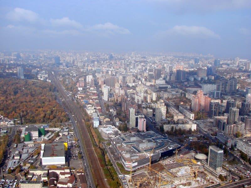 Stadt von Kiew ukraine Ein Panorama von Wohngebieten und von Parks der Stadt und der Dnipro-Fluss vom Fenster der Fl?che lizenzfreie stockfotografie