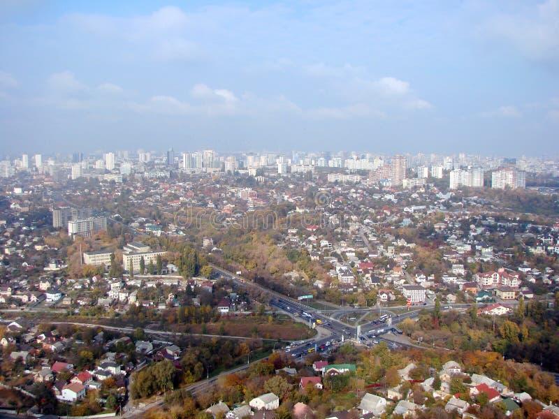 Stadt von Kiew ukraine Ein Panorama von Wohngebieten und von Parks der Stadt und der Dnipro-Fluss vom Fenster der Fl?che lizenzfreie stockfotos