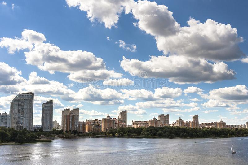 Stadt von Kyiv im Sommer lizenzfreie stockfotos