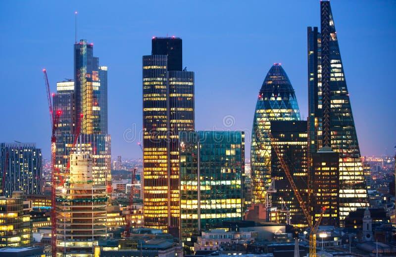 Stadt von London bei Sonnenuntergang Berühmte Wolkenkratzer Stadt von London-Geschäft und von Bankwesenarienansicht an der Dämmer stockbild