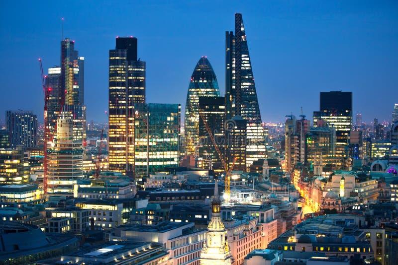 Stadt von London bei Sonnenuntergang Berühmte Wolkenkratzer Stadt von London-Geschäft und von Bankwesenarienansicht an der Dämmer lizenzfreie stockfotografie