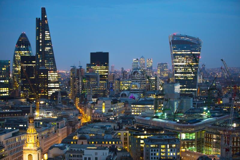 Stadt von London bei Sonnenuntergang Berühmte Wolkenkratzer Stadt von London-Geschäft und von Bankwesenarienansicht an der Dämmer lizenzfreie stockbilder