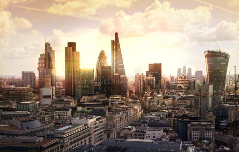 Stadt von London-, Geschäfts- und Bankwesenarie Londons Panorama im Sonnensatz stockbild