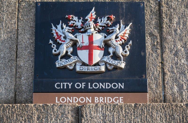 Stadt von London-Kamm an London-Brücke stockbilder
