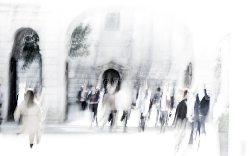 Stadt von London-Mittagspause Unscharfes Bild von den Büroleuten, die auf die Straße gehen London, Großbritannien stockfotografie