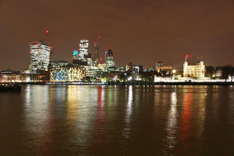 Stadt von London-Skylinen nachts lizenzfreie stockfotos