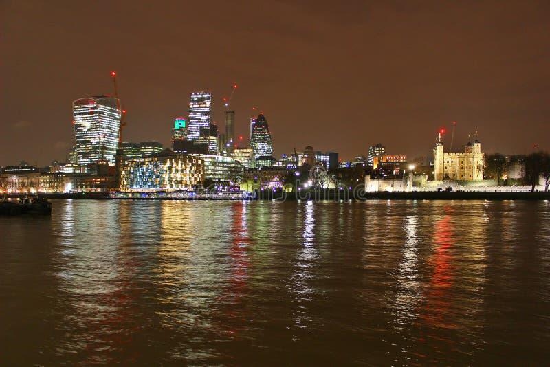 Stadt von London-Skylinen nachts lizenzfreie stockfotografie