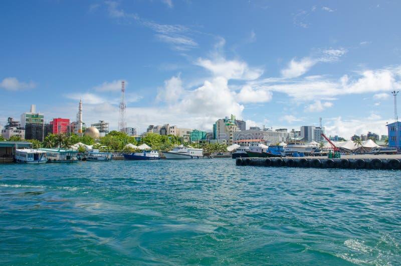 Stadt von m?nnlicher Insel von Malediven-Ansicht vom Ozean stockfoto